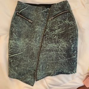 Guess mini side zip skirt -NEW condition
